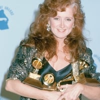 Bonnie with 4 Grammy's 1990 © The LIFE Picture Collection/Getty Images