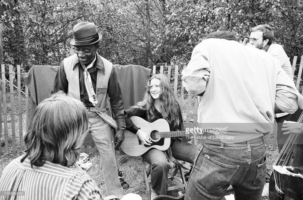 Mississippi Fred McDowell and Bonnie Raitt, 1970, Philadelphia Folk Festival © David Gahr