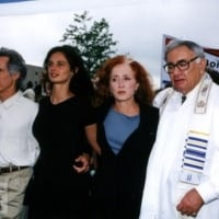"John Densmore, activist Julia ""Butterfly"" Hill, singer Bonnie Raitt, and Rabbi Joe Hurwitz join activists organized by the Rainforest Action Network to protest logging practices July 25, 2001 outside the Boise Cascade office products headquarters in Itasca, IL."