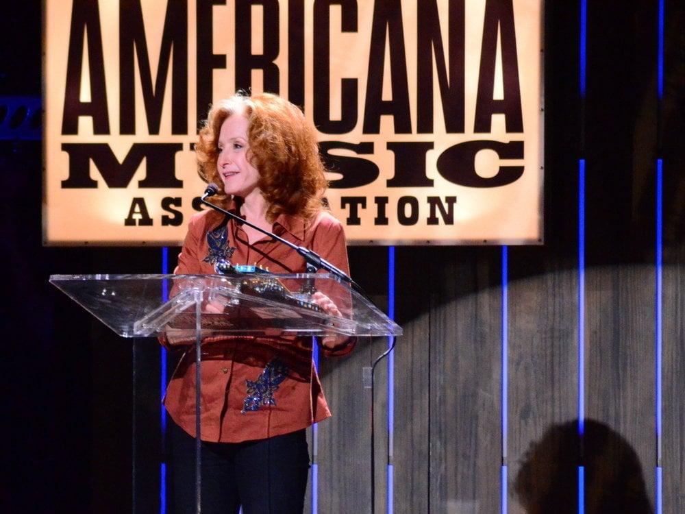 Bonnie Raitt accepts her Lifetime Achievement Award. © Susan Bibeau