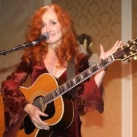 Bonnie Raitt delivers a moving tribute to John Prine with a stunning performance of 'Angel From Montgomery' - 2003