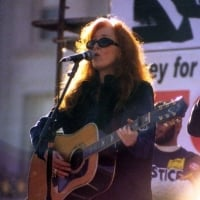 Bonnie Raitt performs at a peace rally in San Francisco - January 18, 2003  © Bill Clearlake