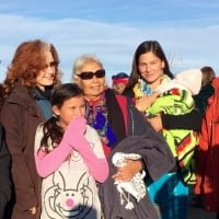Bonnie Raitt with Faith Spotted Eagle and family at the Oceti Sakowin camp. Jackson Browne, Bonnie Raitt, Jason Mraz and donated $85k to the Standing Rock Sioux Tribe.